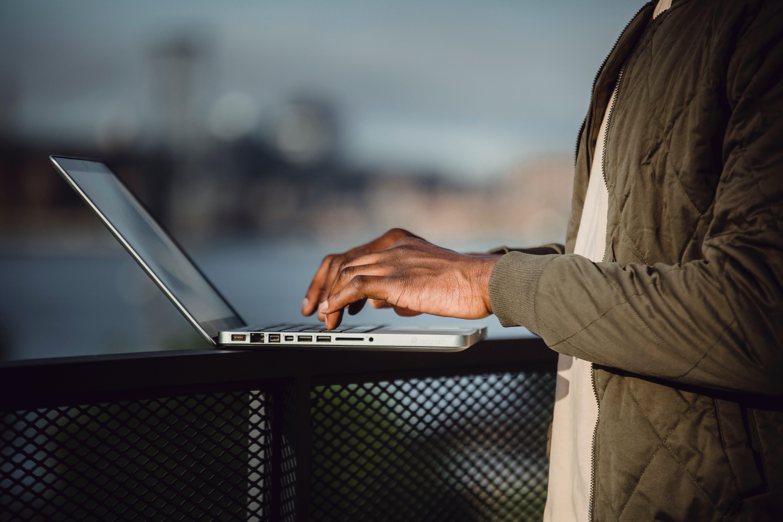 rédaction d'un avis sur un ordinateur portable