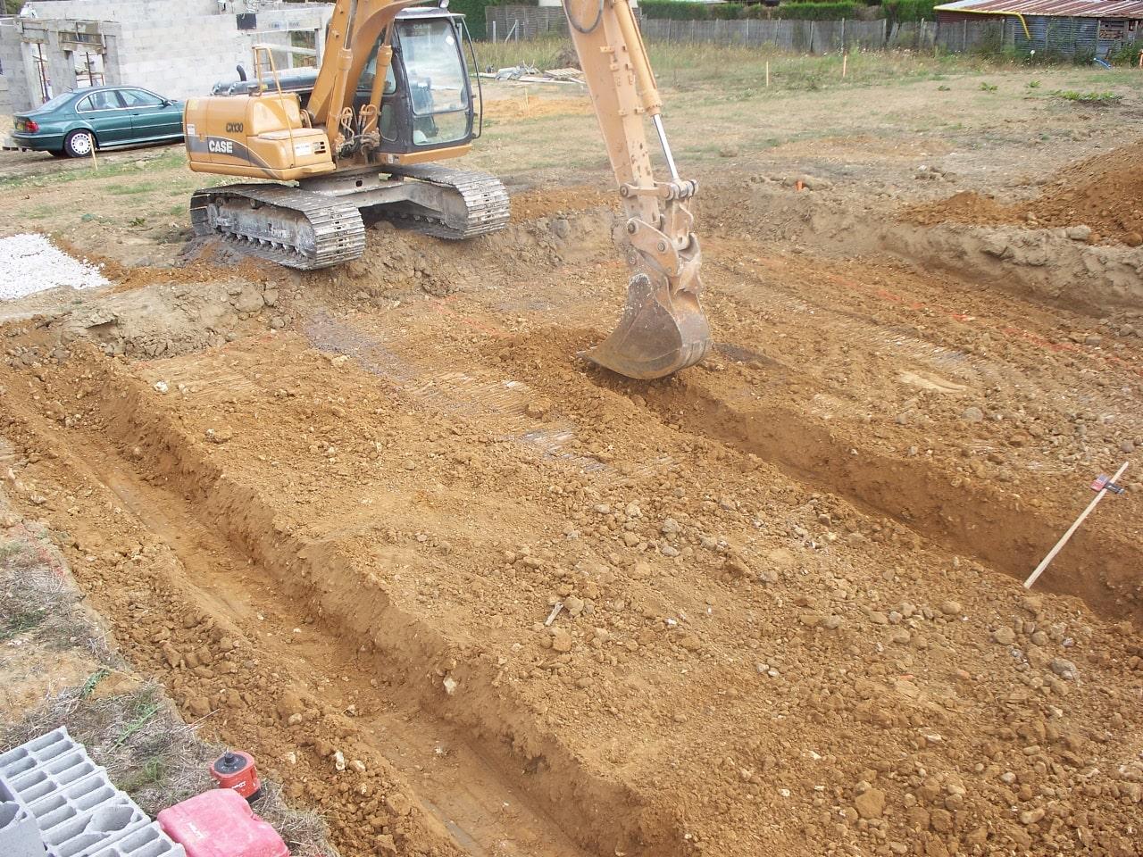 Tranchées pendant les travaux de terrassement d'une maison